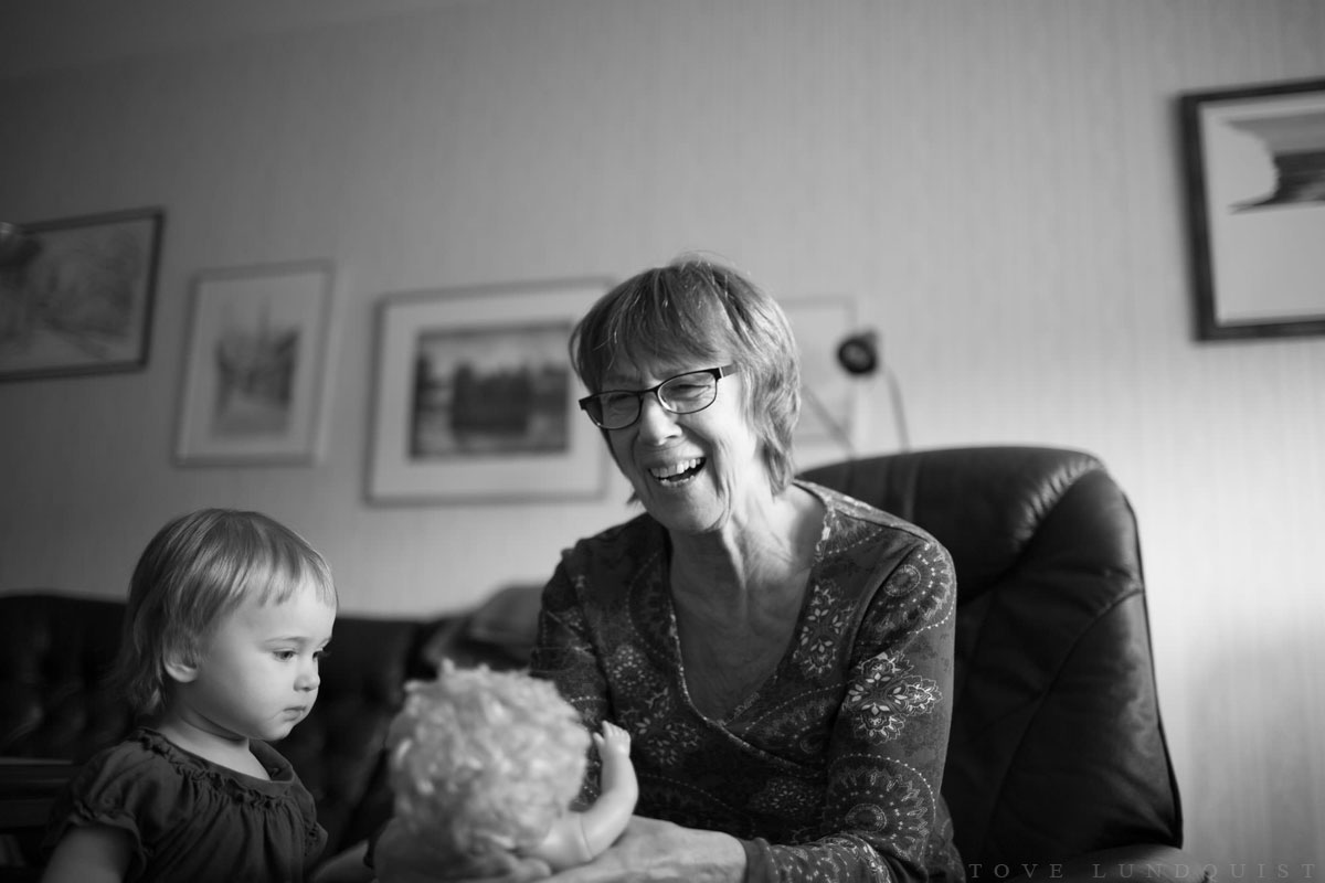 Svartvitt foto från en dokumentär familjefotografering i Enköping. Boka en familjefotografering här. Foto: Tove Lundquist.