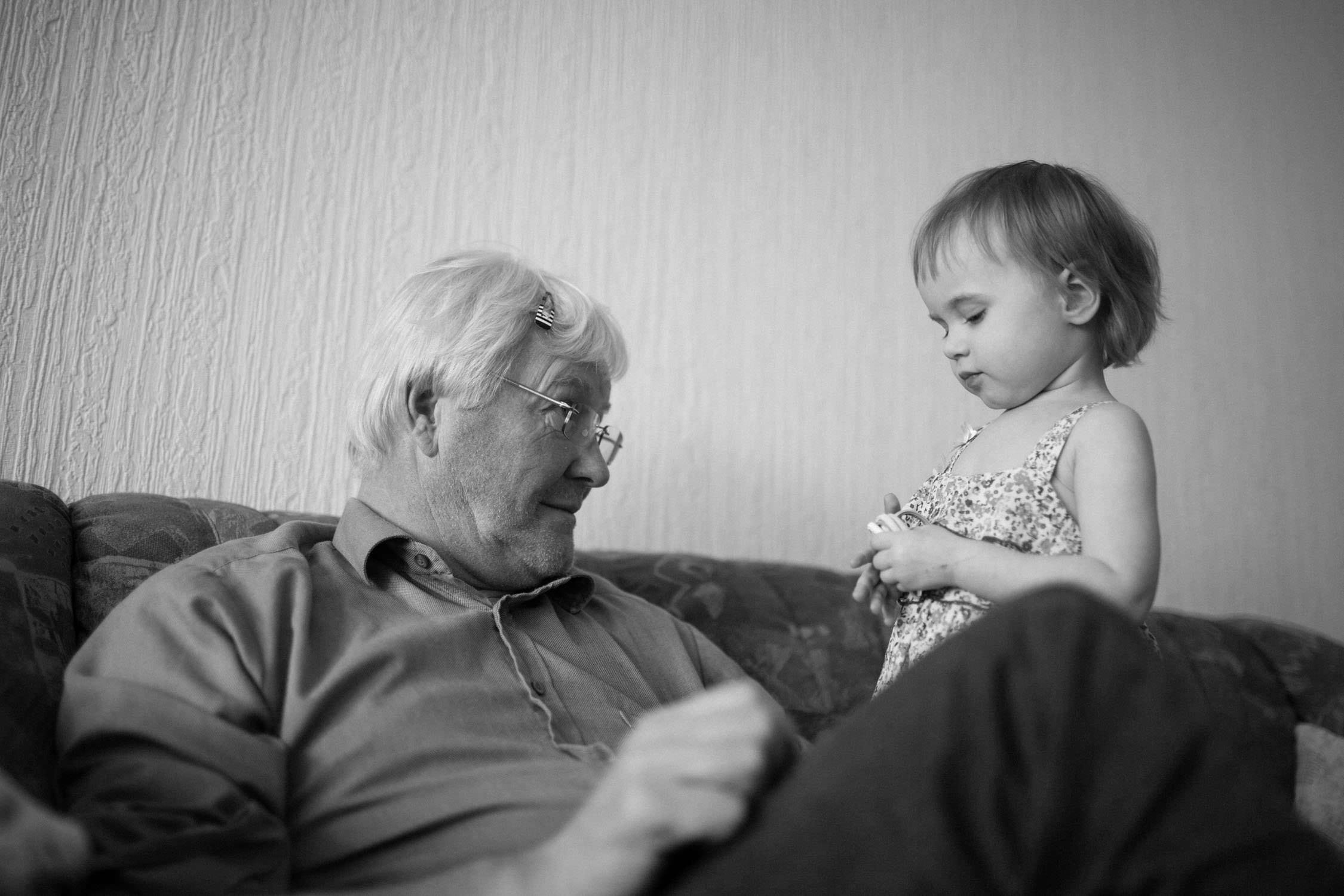 Svartvitt dokumentärt fotografi från en familjefotografering. Tove Lundquist är en dokumentär Familjefotograf Oskarshamn. Stort fokus på storytelling och naturliga känslor. Dokumenterar vardagen. Ej poserat.