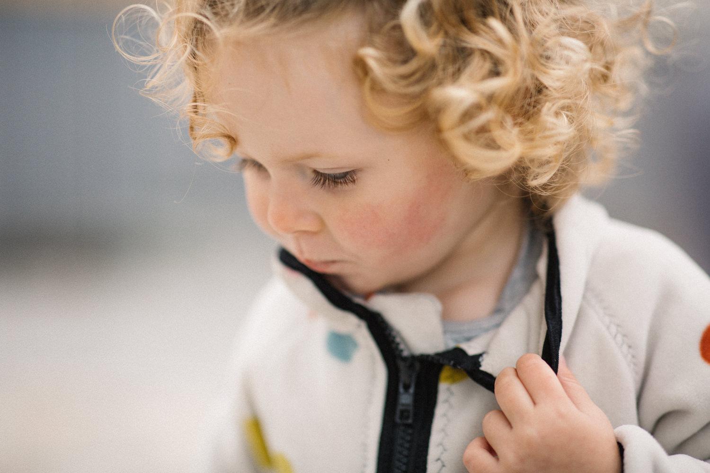 Porträtt på barn under en höst fotografering i Malmö, Skåne. Tove Lundquist är familjefotograf i Södra Sverige.
